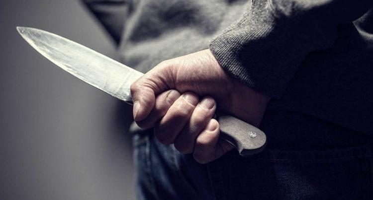 Arvadını küt alətlə döydü, dostunu isə bıçaqladı