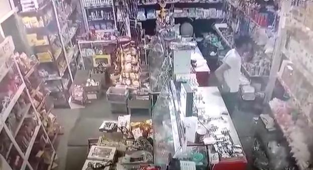 Müştəri mağaza sahibinin telefonunu belə oğurladı – Gəncədə – ANBAAN VİDEO